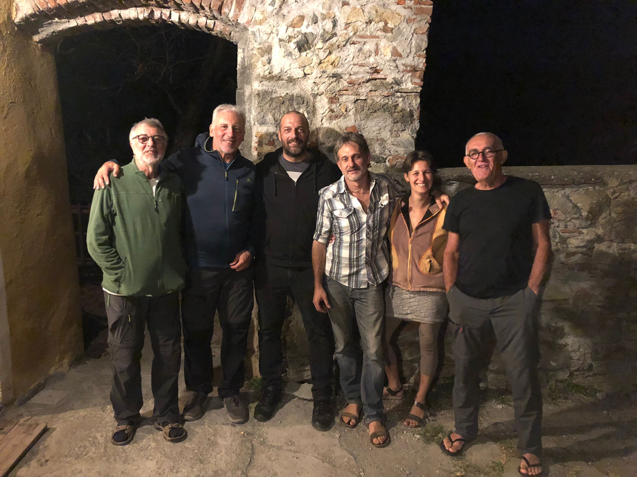 Ieri sera al rifugio La Sciverna. Da sinistra: Tino, Massimo, Roberto, Massimo, la fantastica Alessandra e Claudio