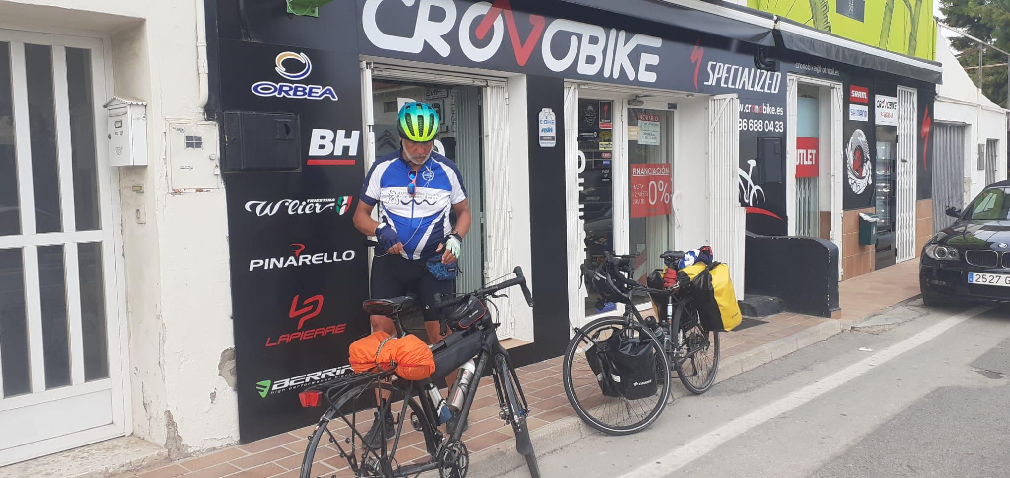 Verso Benidorm, dal ciclista